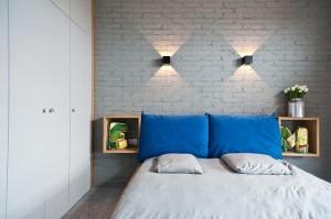 cegła na ścianie w sypialni